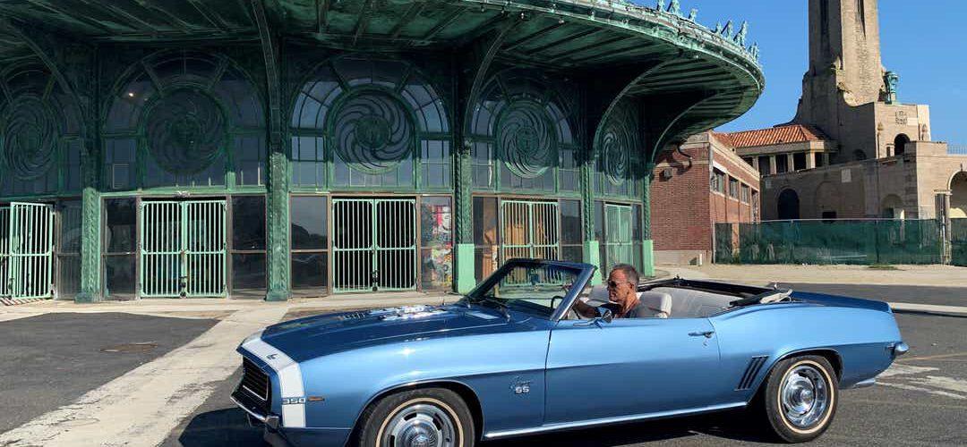 Bruce Springsteen y su Camaro azul en Asbury Park