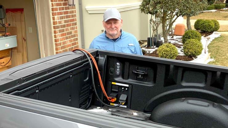Algunos tejanos usan sus pickup híbridas Ford F-150 2021 para dotar de electricidad sus hogares en medio de una tormenta de invierno.